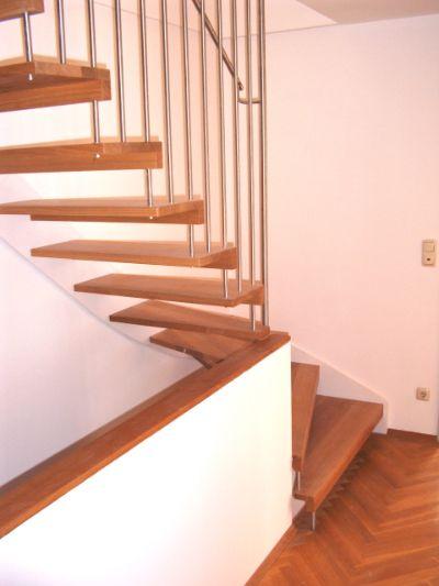 freitragende treppe mit stahlwange und und einem harfengel nder in edelstahl. Black Bedroom Furniture Sets. Home Design Ideas