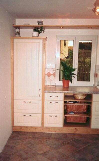 k che in fichte mit front vanille foliendekor. Black Bedroom Furniture Sets. Home Design Ideas